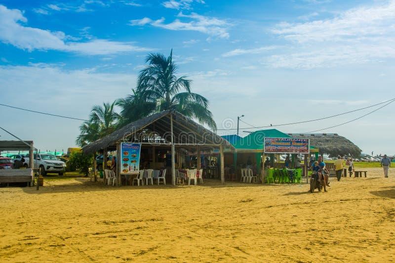 MANABI, ECUADOR - MEI 29, 2018: Niet geïdentificeerde toeristen die in een hutgebouw in Cojimies-strand, tijdens een zonnige dag  royalty-vrije stock afbeeldingen