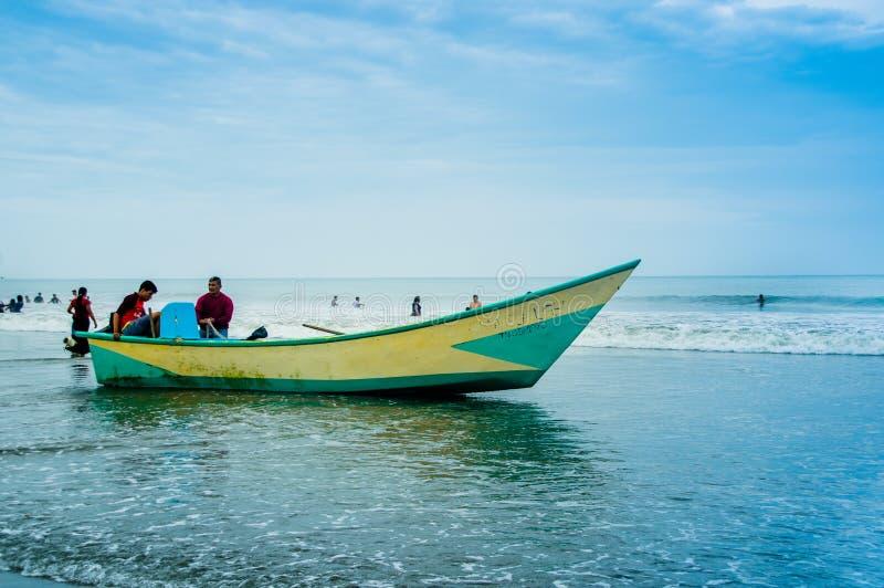 MANABI, ECUADOR - MEI 29, 2018: Openluchtmening van visser in het aankomen met vissen aan het strand van Cojimies Manabi stock afbeeldingen
