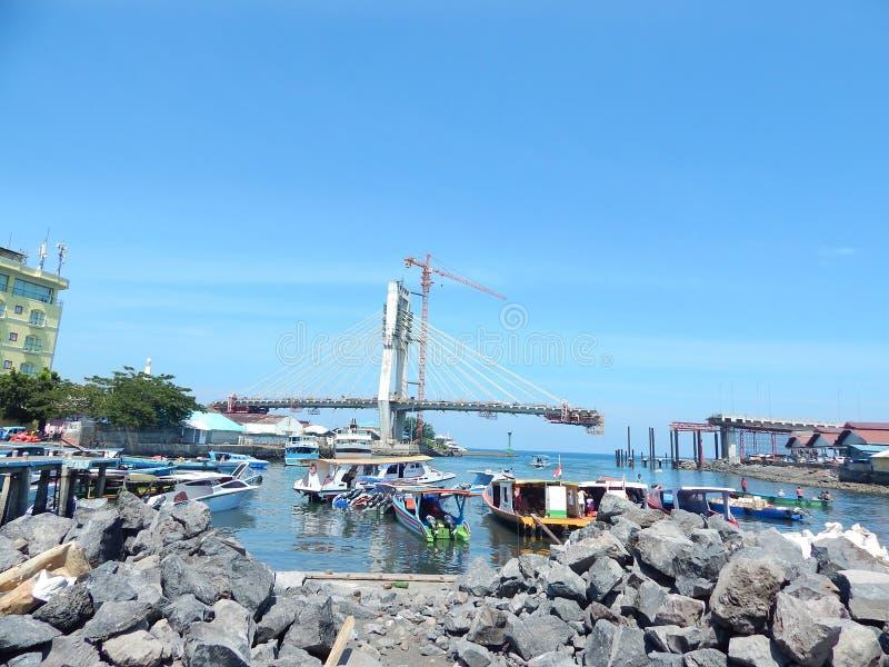 Manadohaven en onvolledige brug stock afbeeldingen