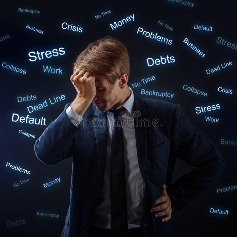 Manaffärsman under spänning Många problem, begrepp arkivfoton