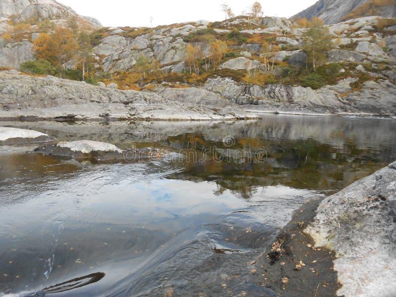 Manafossen, водопад Норвегии красивый северный Норвежские горы в осени Rogaland, Норвегия стоковые изображения