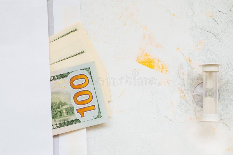Management-Effizienzkonzept für Zeit und Geld, Taschenuhr und Dollar-Banknoten lizenzfreies stockfoto