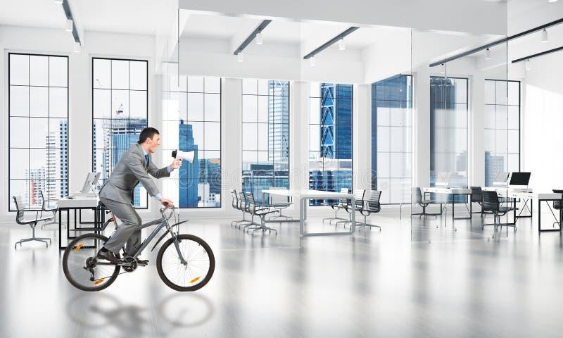 Manager berijdende fiets bij conferentiezaal royalty-vrije stock foto