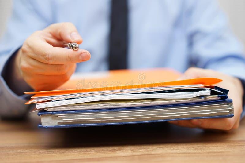 Manager bietet Ihnen Stift und die Dokumentation zu nehmen, um zu sein an lizenzfreie stockfotos