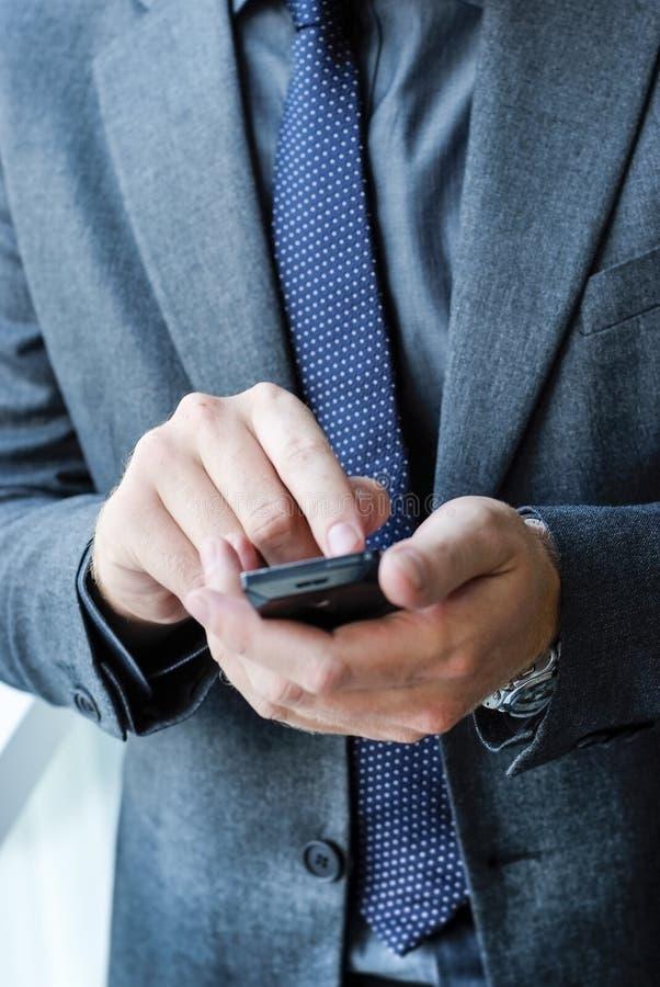 Manager Businessman, das Smartphone verwendet lizenzfreie stockfotografie