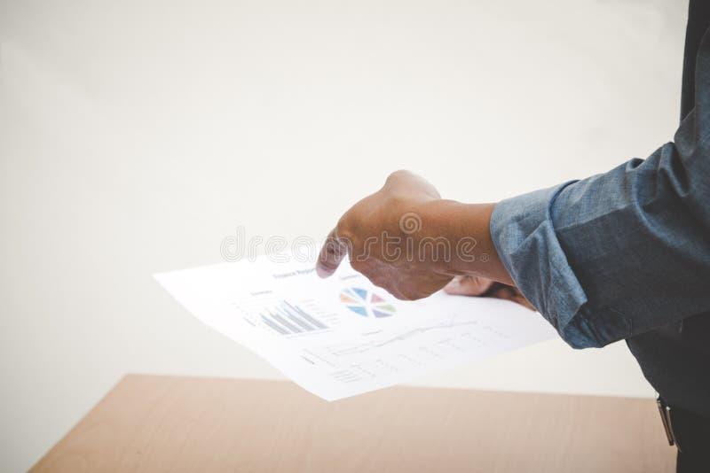 Manager, der den Verkaufsbericht zeigt lizenzfreie stockfotos
