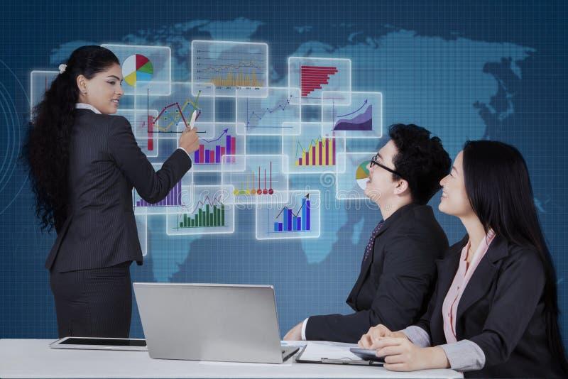 Manager, der Finanzdiagramm auf Schirm erklärt stockfotografie