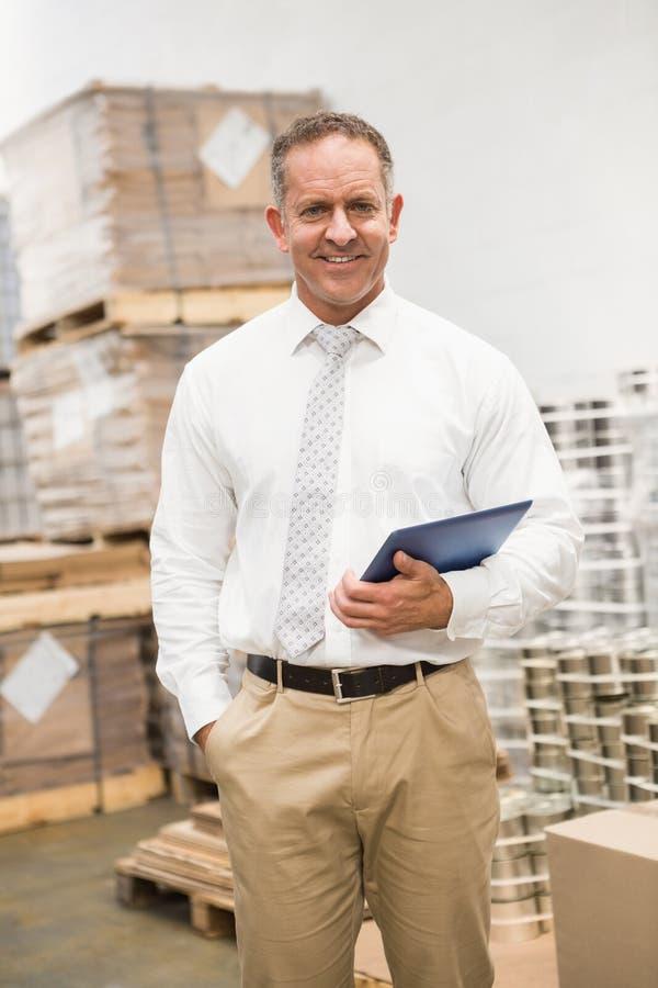 Manager, der mit der Hand in der Tasche hält Tabletten-PC steht lizenzfreie stockbilder