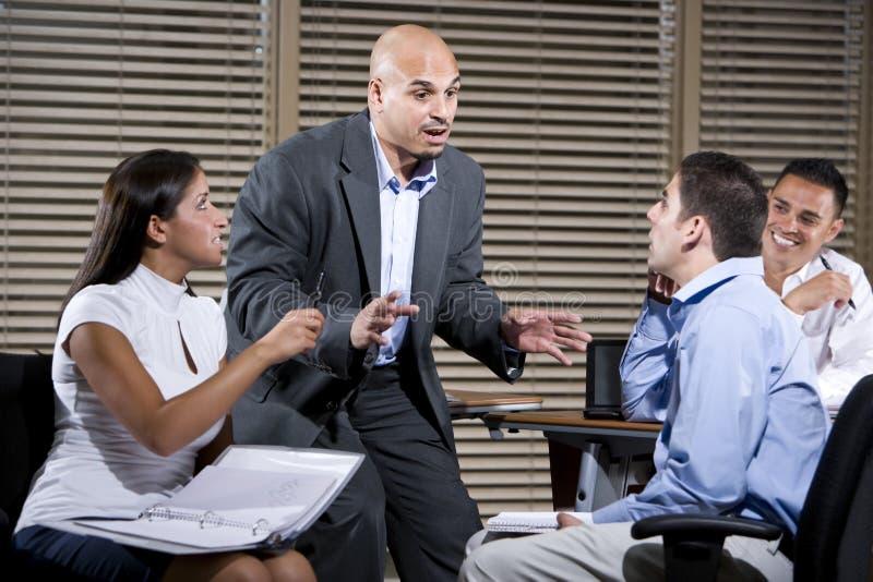 Manager, der mit Gruppe Büroangestellten spricht stockbilder