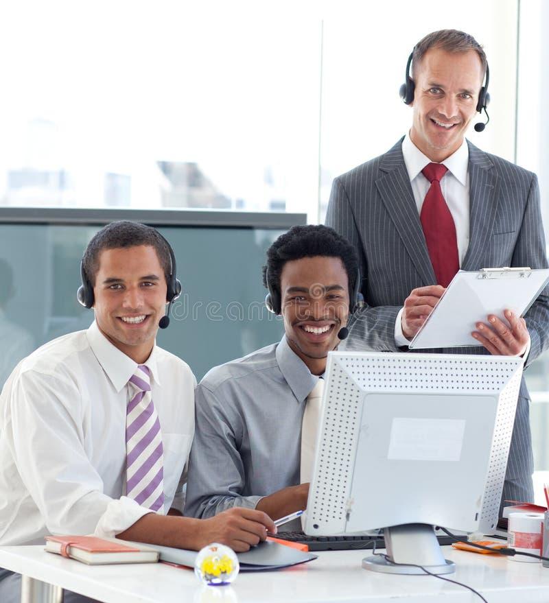 Manager, der mit zwei Geschäftsmännern spricht stockfoto