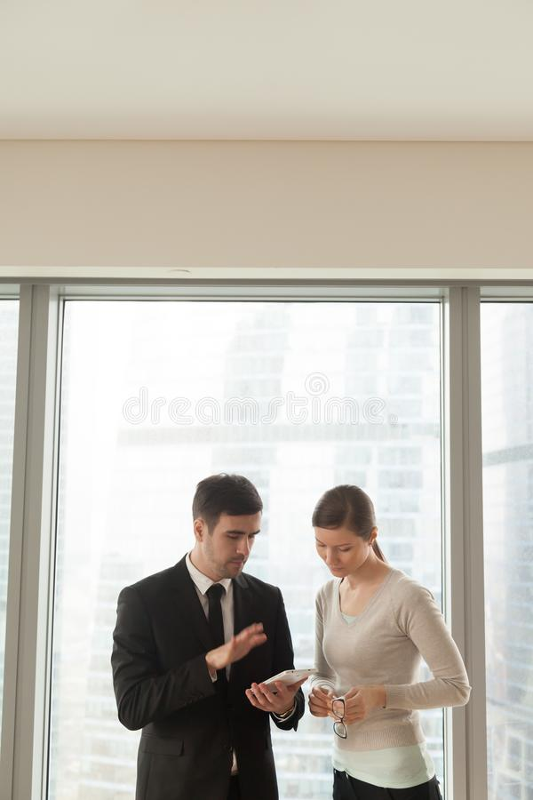 Manager, der weibliche Partnerprojektdetails erklärt stockfotos