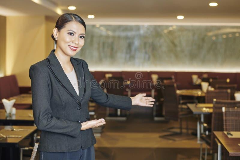 Manager, der zum Restaurant einlädt stockfotos