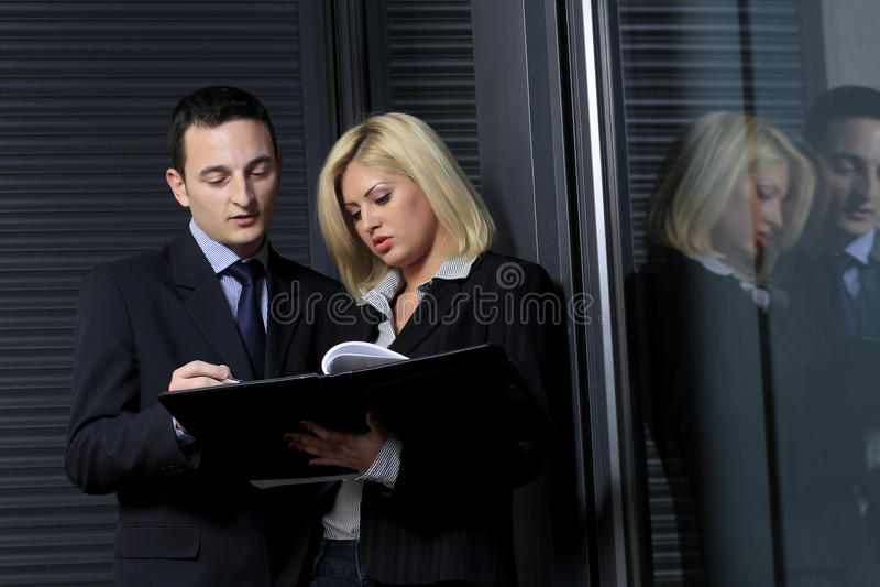 Manager die bedrijfsadvices geeft stock fotografie