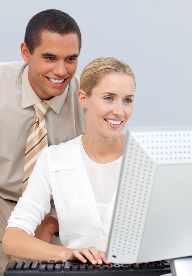 Manager die een onderneemster met haar computer helpt royalty-vrije stock foto