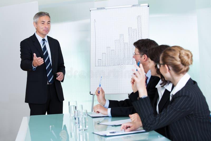 Manager die een presentatie geven aan personeel royalty-vrije stock foto's