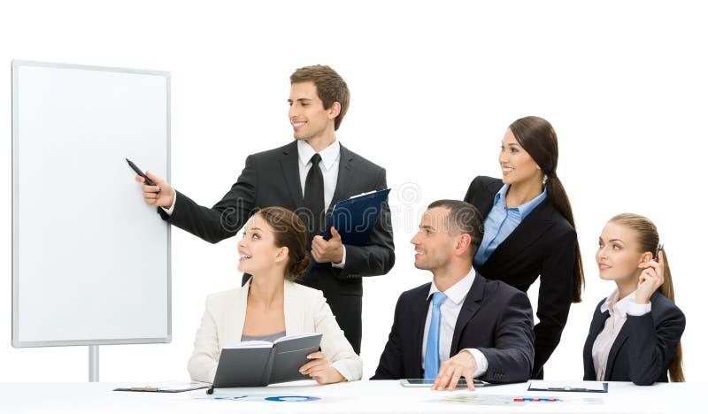 Manager die iets op het scherm tonen aan de groep mensen stock foto