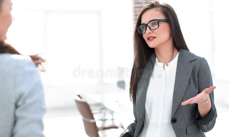 Manager die met een cli?nt spreken die zich in het bureau bevinden royalty-vrije stock afbeeldingen
