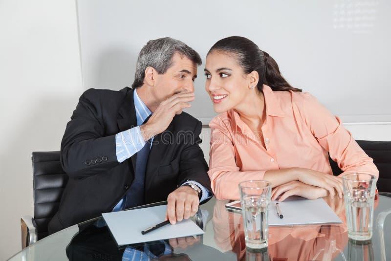 Manager die in oor fluistert royalty-vrije stock foto