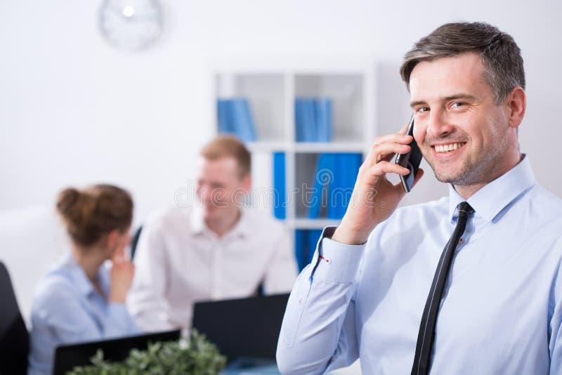 Manager die op de telefoon spreken royalty-vrije stock foto