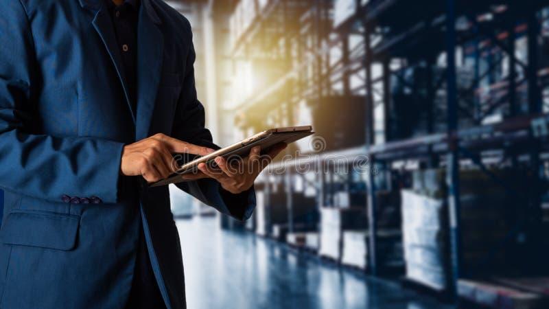 Manager die tabletcontrole en controle voor arbeiders gebruiken stock afbeeldingen