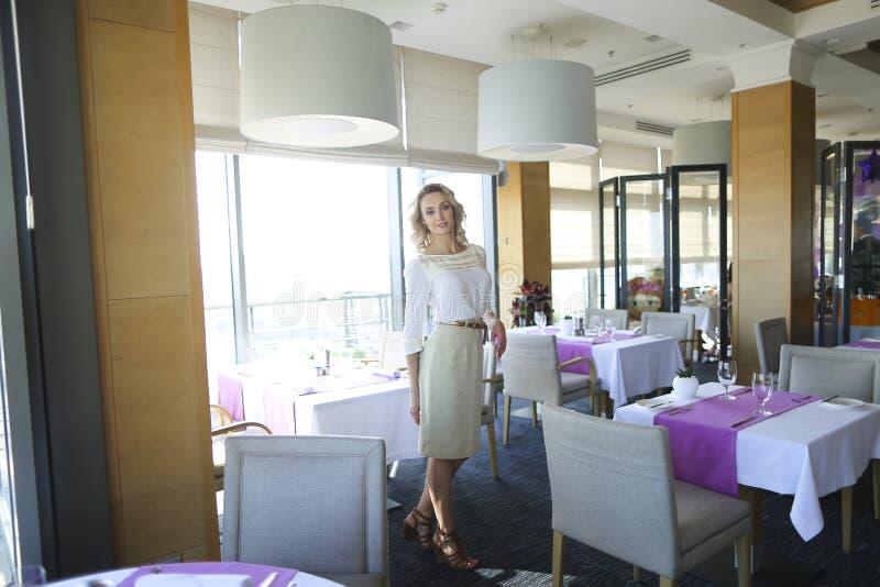 Manager die zich bij restaurant in ochtend bevinden royalty-vrije stock afbeelding