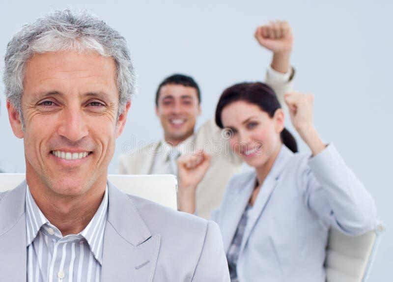 Manager in einer Geschäftsfeier mit seinem Team lizenzfreies stockfoto