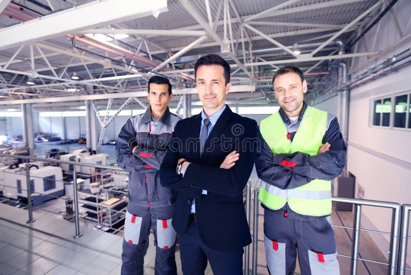 Manager en arbeiders in fabriek royalty-vrije stock fotografie