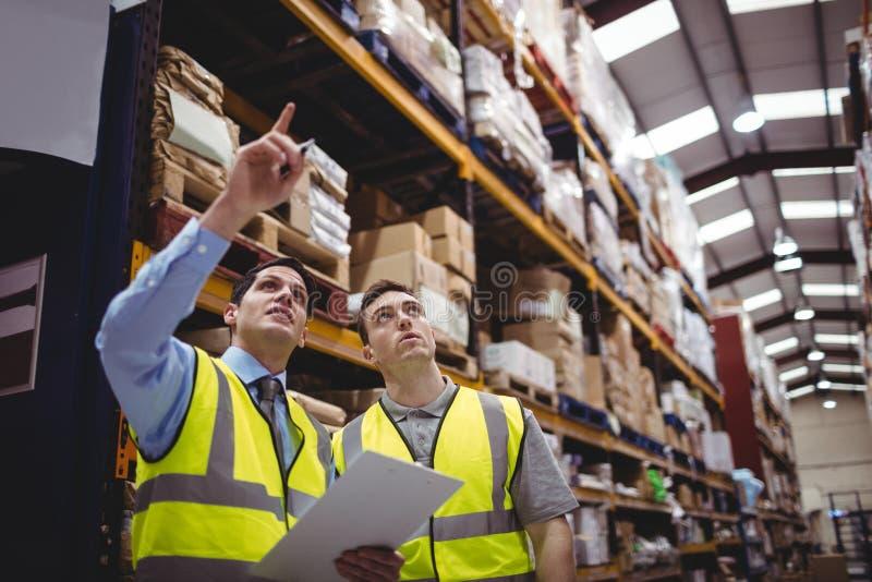 Manager en arbeiders het spreken stock afbeeldingen