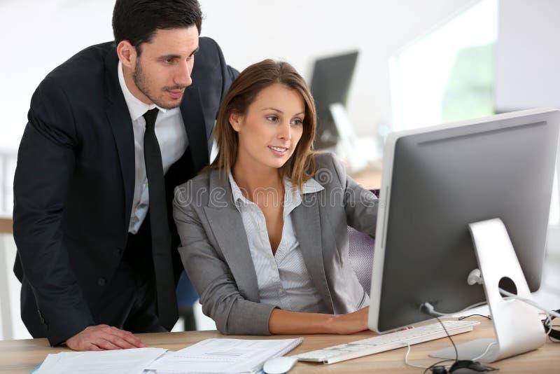 Manager en onderneemster die samenwerken stock afbeelding