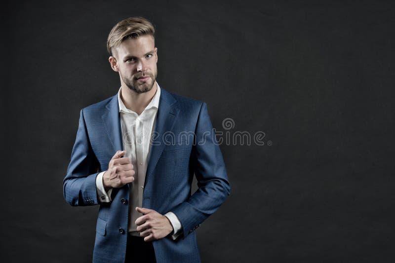Manager in formele uitrusting Mens in blauw kostuumjasje en overhemd Zakenman met baard en modieus haar Manier, stijl en kledings royalty-vrije stock foto