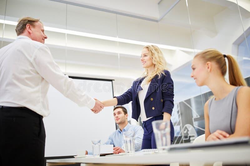 Manager gratulates erfolgreiche Geschäftsfrau lizenzfreie stockbilder