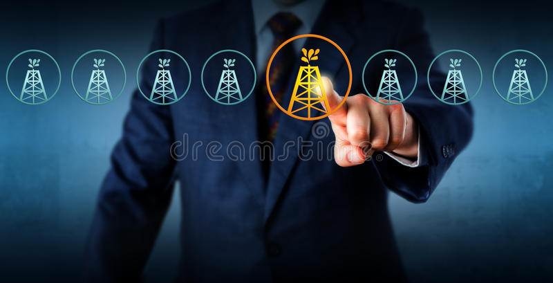 Manager Highlighting An Oil Rig In een Opstelling stock afbeelding