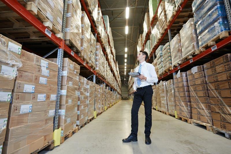 Manager im Lager stockfotografie