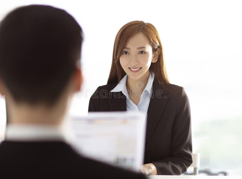 Manager Interviewing een Jonge vrouw in Bureau stock afbeeldingen
