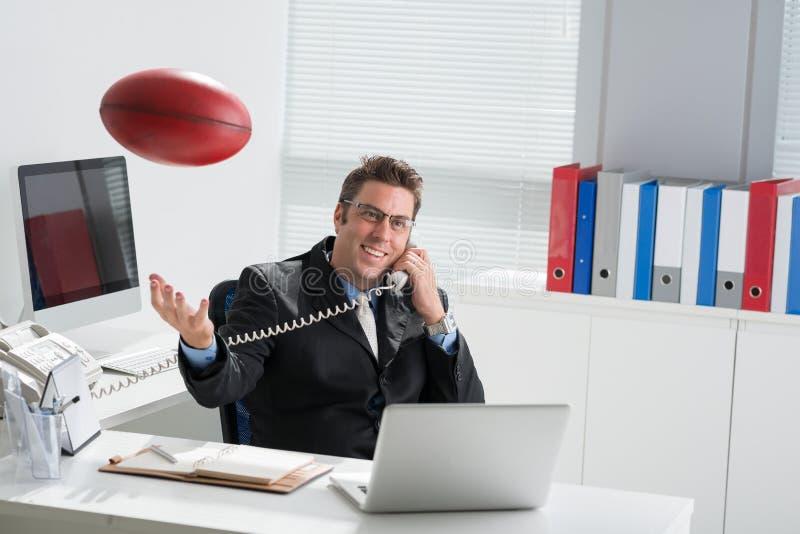 Manager met een rugbybal stock fotografie