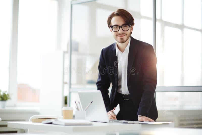 Manager met gadgets royalty-vrije stock fotografie
