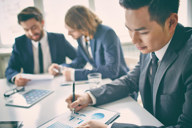 Manager met grafieken stock afbeeldingen