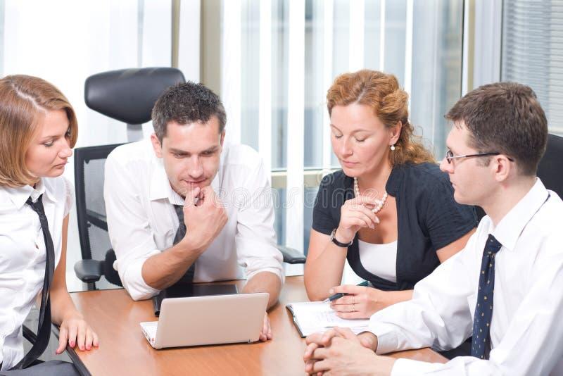 Manager mit Büroangestellten in der Chefetage stockfotos