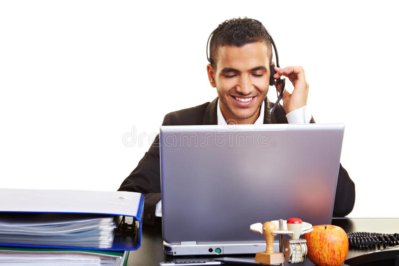 Manager mit Laptop und Kopfhörer lizenzfreie stockfotos