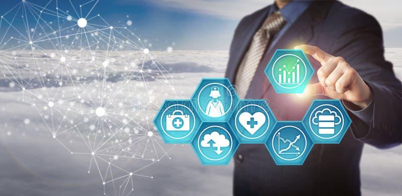 Manager Retrieving Medical Data in einem Netz stockbilder