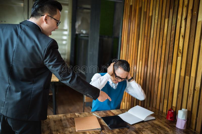 Manager schrie zum Angestellten und zeigt seinen Finger auf Bericht, er ist sehr verärgert für Leistungsfehler stockfotografie