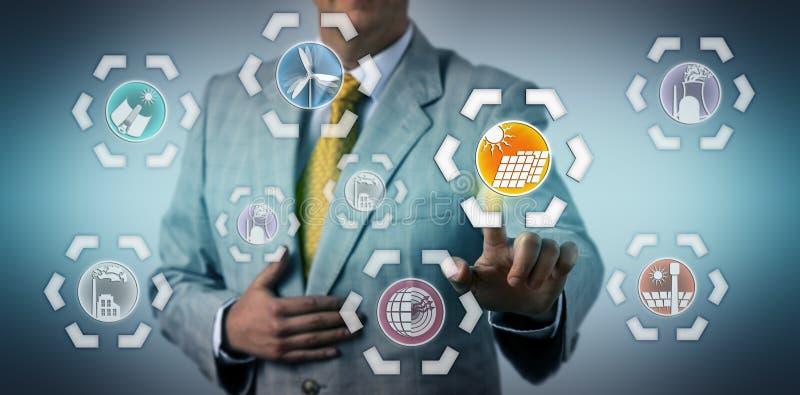 Manager Selecting Photovoltaics In de Energiemix royalty-vrije stock afbeeldingen