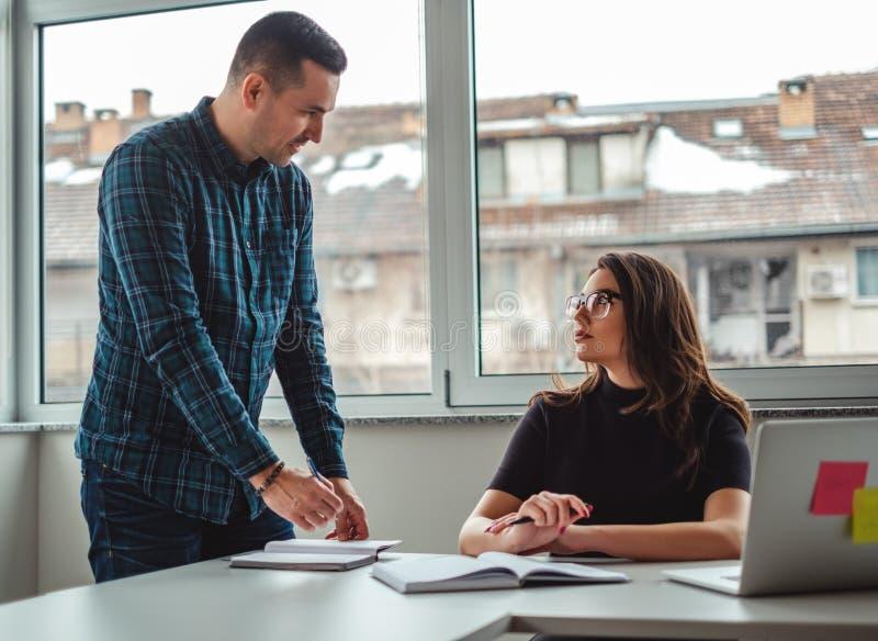 Manager spreken boos aan zijn vrouwelijke collega en het schrijven stock afbeeldingen