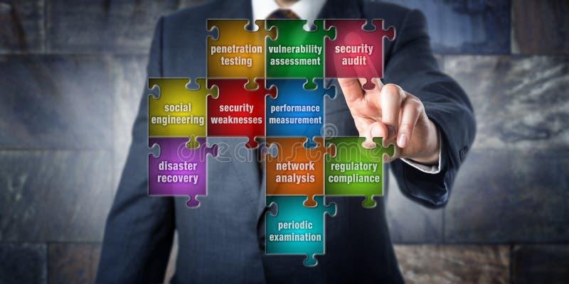 IT-Manager Touching Security Audit in einem Puzzlespiel lizenzfreie stockfotos