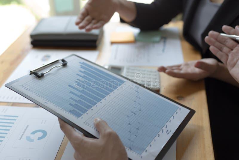 Manager und Buchhalter haben die Finanzen der Firma überprüft Zwecks die Leistungsmessung während der Vergangenheit vorbereiten 5 lizenzfreies stockfoto