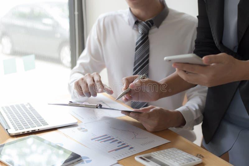 Manager und Buchhalter haben die Finanzen der Firma überprüft Zwecks die Leistungsmessung während der Vergangenheit vorbereiten 5 lizenzfreie stockfotografie
