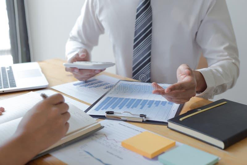 Manager und Buchhalter haben die Finanzen der Firma überprüft Zwecks die Leistungsmessung während der Vergangenheit vorbereiten 5 stockbilder