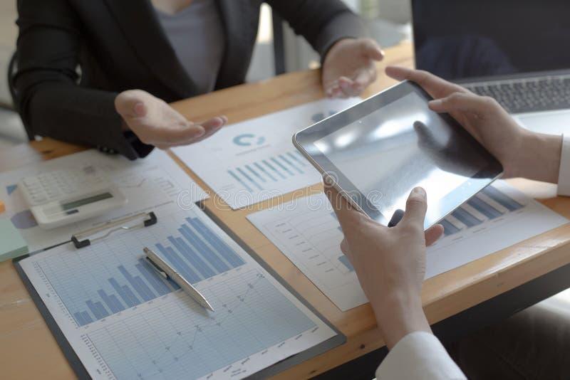 Manager und Buchhalter haben die Finanzen der Firma überprüft Zwecks die Leistungsmessung während der Vergangenheit vorbereiten 5 lizenzfreies stockbild