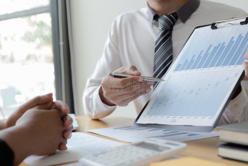 Manager und Buchhalter haben die Finanzen der Firma überprüft Zwecks die Leistungsmessung während der Vergangenheit vorbereiten 5 stockfotografie