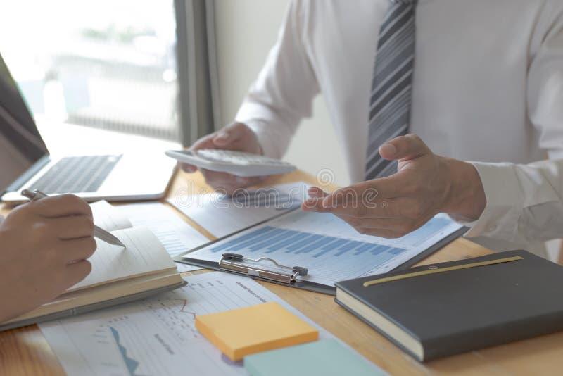 Manager und Buchhalter haben die Finanzen der Firma überprüft Zwecks die Leistungsmessung während der Vergangenheit vorbereiten 5 stockfotos
